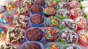 Faça sua festa com muitos docinhos de qualidade! 58% OFF em até 10 centos de docinhos (de...